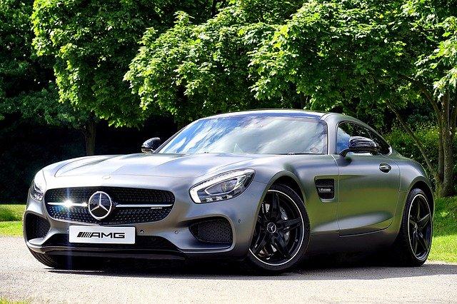 Nergal pochwalił się samochodem. Luksusowe auto kosztuje ponad 400 tys. zł, ale uwagę zwraca jego rejestracja