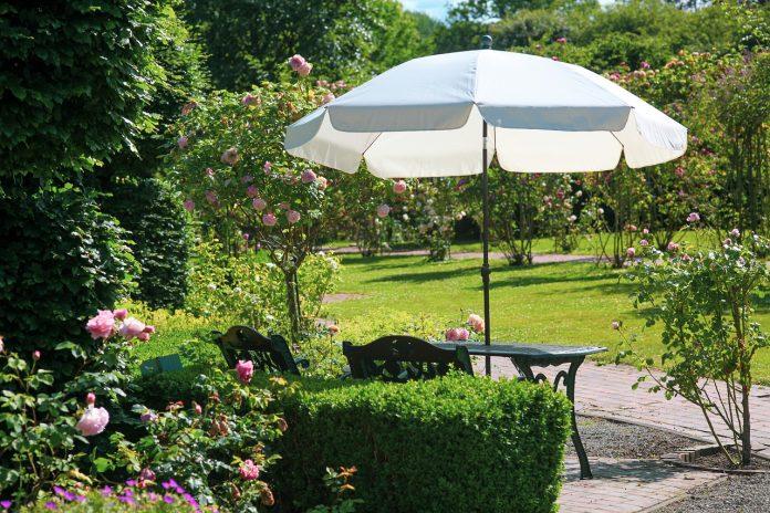 Jak chronić się przed nadmiernym słońcem na tarasie i w ogrodzie?