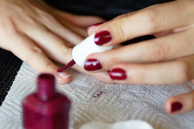 Czym pomalować zniszczone paznokcie?